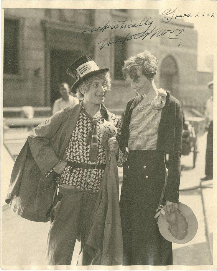 Harpo Marx con la legendaria aviadora Amelia Earhart. Por cierto, el parecido de ésta con Katherine Hepburn, que la interpretó en Hacia las alturas, es notable.