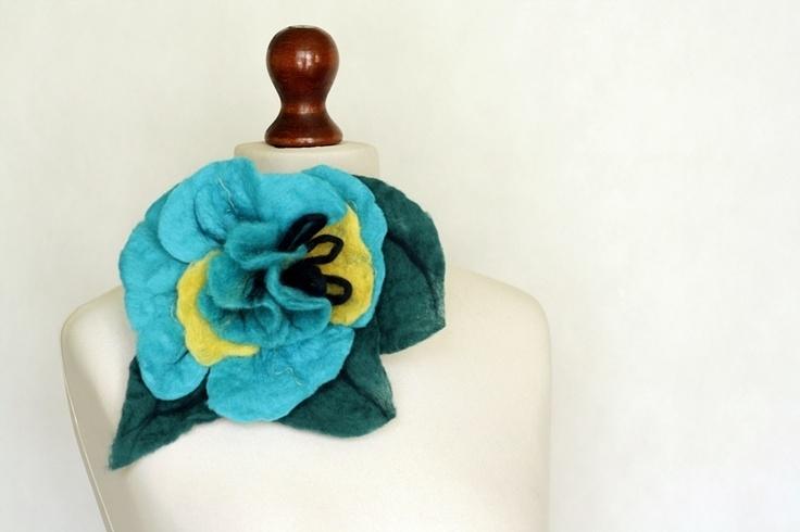 Broszka z wełny czesankowej- turkusowy kwiat