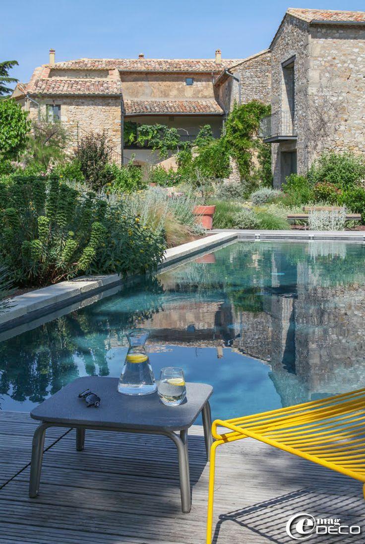 La Maison d'Ulysse offre à ses hôtes une piscine chauffée bordée d'une terrasse en pin semblable à un ponton de marina