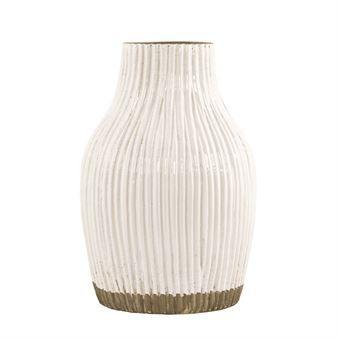 Vertical vase fra House Doctor blir en fin innredningsdetalj i hjemmet ditt! Den er laget i keramikk og har et retroinspirert design som leder tankene til 60- og 70-tallet. Den er veldig vakker i all sin enkelhet og kan brukes enten som en dekorasjon eller som en vase med en enkel blomst eller kvist.