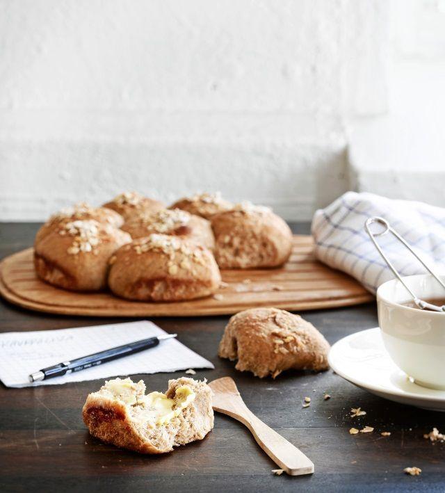 Leivo kaurapuuron tähteistä ja jauhopussin jämistä herkulliset hunaja-kaurasämpylät. Katso resepti!