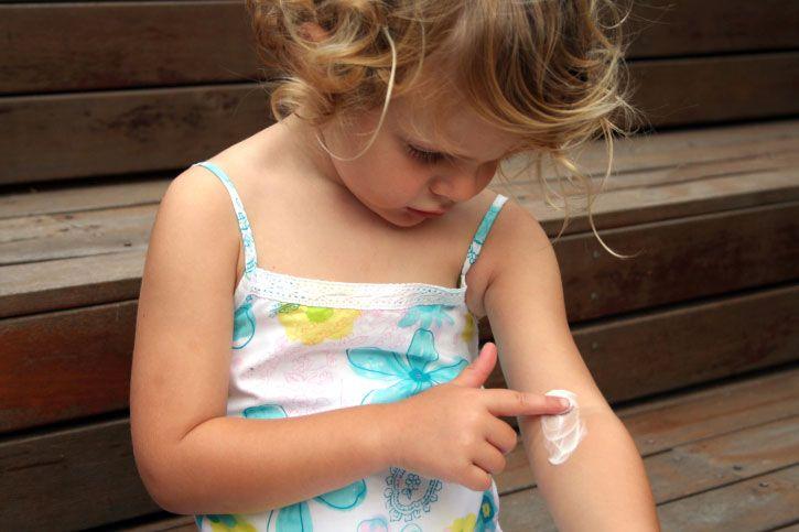 Votre bébé a la peau très sèche, se gratte, a des plaques rouges ? Vous pensez à l'eczéma mais faut-il pour autant se précipiter pour le traiter et comment ? C'est la question que se posent toutes les mamans.