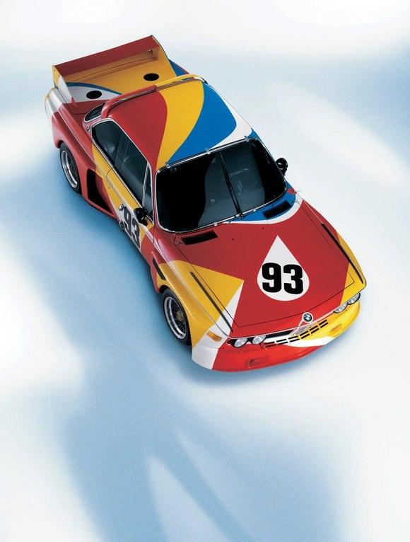 1975 yılında BMW 3.0 CSL modelini bir sanat eserine dönüştürme görevi ilk kez Alexander Calder'e verildi. Bir otomobilin görsel sanata bu şekilde aracı olması o zaman için çığır açıcı bir fikirdi. BMW daha sonra Calder'in eserini Le Mans 24 Saat yarışlarında da kullandı.