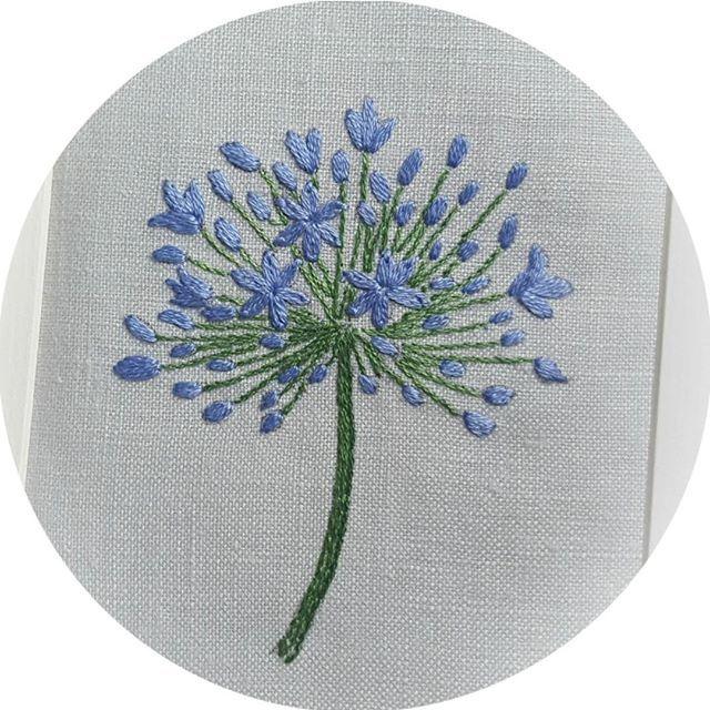 Agapanthus◆アガパンサス 大塚あや子さんの花刺しゅうから。。。 品のよい青紫色のお花は、DMC3839番。生地は国産リネン、クラッシーのグレーです。 #刺繍 #embroidery  #大塚あや子 さん