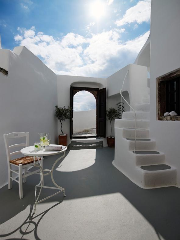 """CHARME MEDITERRANEO A SANTORINI: TERRAZZE AL SOLE Casa """"Sea Captain's House"""" ha un'architettura complessa, tipica della tradizione cicladica, che si articola su più livelli e si adatta alle ripide strade del villaggio di Oia a Santorini. In questo modo si formano una serie di terrazze, che gli ospiti possono sfruttare come solarium o per consumare i pasti all'aperto."""