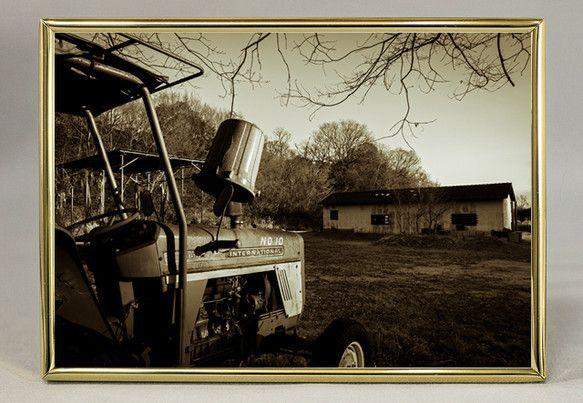「小さな農場に停められたトラクター。かなりの年季を感じるそのボディーを夕陽が照らす。('13/02/11撮影)」セピア調のダブルトーン写真とスチール...|ハンドメイド、手作り、手仕事品の通販・販売・購入ならCreema。