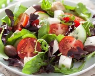 Salade aux tomates, olives et féta au vinaigre balsamique : http://www.fourchette-et-bikini.fr/recettes/recettes-minceur/salade-aux-tomates-olives-et-feta-au-vinaigre-balsamique.html