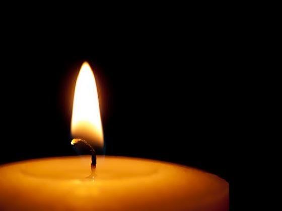 Και τελικά τι είμαστε; Μια ισχνή φλόγα που τρεμοπαίζει και στο πρώτο δυνατό αεράκι.. σβήνει...  Ζήσε τη στιγμή......