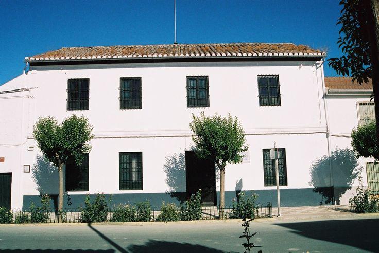 Federico García Lorca nació en Fuente Vaqueros en 1898, trasladándose poco después al pueblo de Asquerosa, actual Valderrubio (Granada). Aquí el poeta vivió su niñez y adolescencia entre la Vega y tierras de secano, en parajes como la Fuente de la Carrura y de la Teja donde desarrolló su poesía juvenil. Foto cedida por ASR.