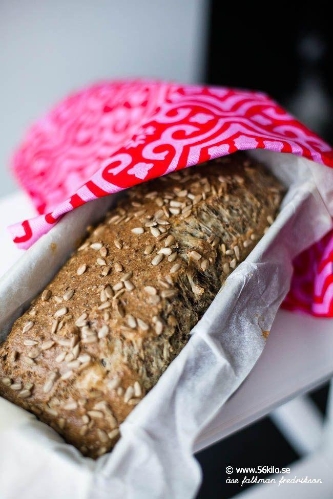 Jag har tre bröd som jag varvar mellan att baka och det är: Mitt populära kesobröd, mitt frallerecept och mitt solrosbröd. Perfekt för nötallergikern eller/och för den som inte vill ha laktos i brödet. I dag dubblade jag receptet så jag fick ett stort formbröd. Underbart gott! 24 skivor (Per skiva: 86 kcal, 5 gram […]