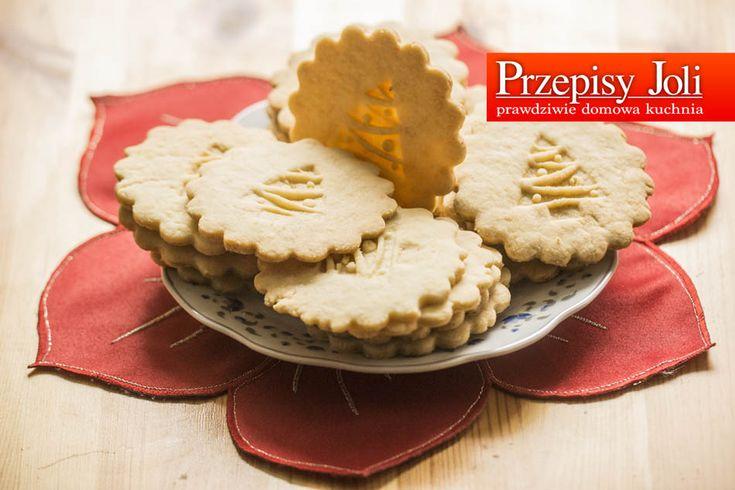 CUDOWNE CIASTECZKA MAŚLANE – z minimalnej ilości składników powstają idealne ciasteczka maślane. Składniki: 500 g mąki 250 g masła 3 żółtka 1 szklanka cukru pudru 1 łyżeczka proszku do pieczenia Wykonanie: Mąkę przesiałam z proszkiem do pieczenia, wsypałam cukier puder, dodałam schłodzone masło i żółtka. Nożem pokroiłam masło, wymieszałam z sypkimi produktami i szybko zagniotłam …