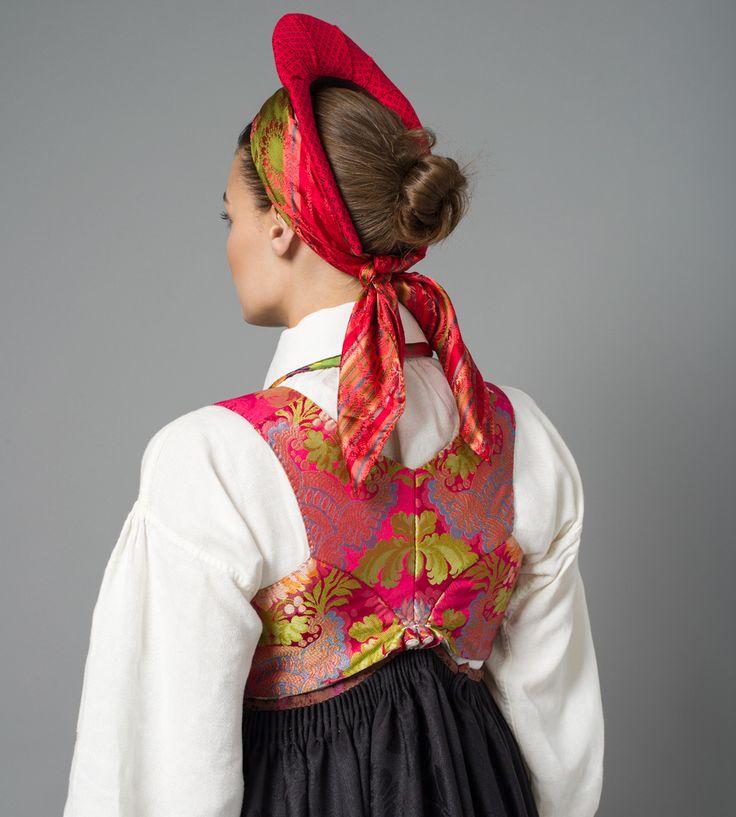 Rosa silkevest til Rekonstruert Vest-Agder drakt