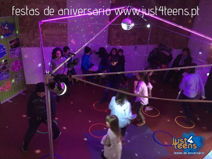 Festa na discoteca com luzes, bola de espelhos e música para dançar. #festas #aniversário #discoteca #just4teens #dançar