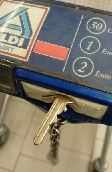 Keine Münze für einen Einkaufswagen dabei? Nimm einen Schlüssel. Aber vergiss ihn danach nicht!
