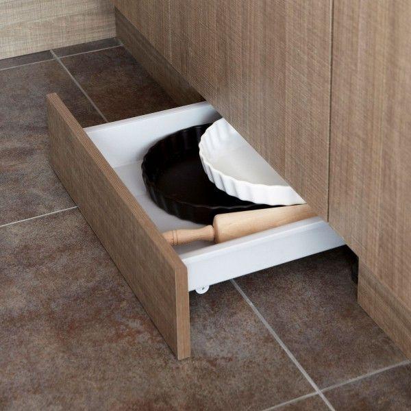 """Un tiroir """"gain de place"""", discret, que l'on dissimule dans la plinthe. Une astuce rangement pratique et très fonctionnelle, surtout pour les petites cuisines, quand on manque de place pour ranger et stocker les ustensiles et accessoires encombrants"""