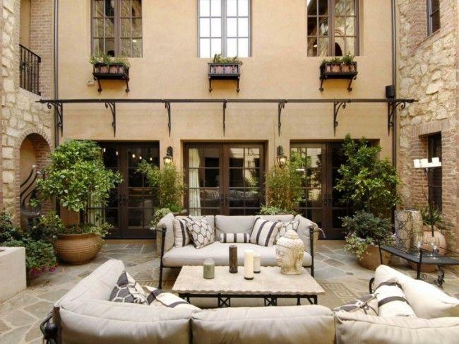Mediterraner Terrassen Stil Mit Möbel Aus Metall Und Warmer Atmosphäre