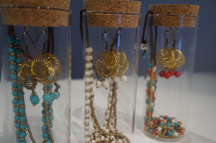 Packaging <3 ensemble de boucles d'oreilles et colliers en pierres et perles dorées :)  https://www.etsy.com/listing/230703145/box-jar-necklace-earrings?ref=shop_home_active_20