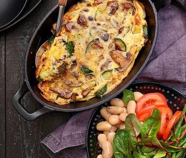 Svampfrittata med bönsallad är enkel och lite lyxigare variant av vanlig omelett. Med fantastiska smaker som zucchini, mejram, svamp och vitlök fyller du denna frittata med innan den avslutas i ugnen för en gyllenbrun yta. Receptet är signerat Paolo Roberto, gästkock i ICA Matkassen Inspiration.