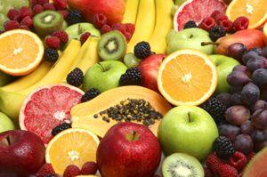 Frugtmos er rigtig godt til babyer. Det kan både bruges til at søde grøden med, spise i yoghurten eller blot få som dessert.  Frugt er sødt i sig selv, så kan blot koges med lidt vand. Det er ikke nødvendigt at tilsætte nogen former for sukker. Brug sine yndlingsfrugter. Her har vi prøvet med æble, pære, svesker, banan, jordbær og hindbær. Vores dreng elsker dem allesammen.
