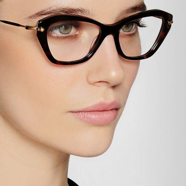 Repasamos las tendencias de moda en gafas graduadas, se llevan cuadradas, en forma de ojo de gato y en colores pastel o carey. ¡Encuentra aquí las más buscadas...