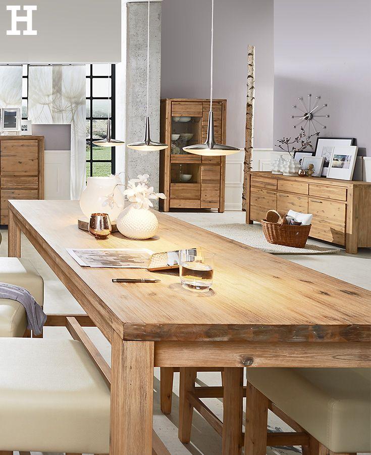 Natural Style Im Wohnraum Langer Holztisch Mit Naturlicher Maserung Bringt Einen Rustikalen Charme Ins Eigenheim Meinhof Barhocker Gunstig Tresen Esstisch