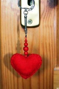 Kreatív ötletek Valentin napra: Szives kulcstartó    http://www.hobbycenter.hu/Unnepek/szerelmes-szives-kulcstarto.html#axzz2LeuGgCUw