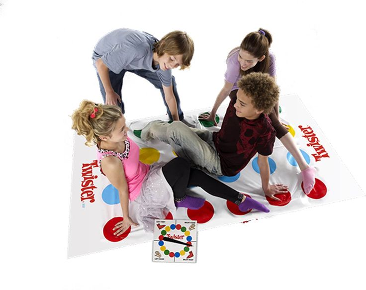 Twister Refresh Spillet, som slår knuder på dig.Det klassiske spil har nu 2 ekstra slag, så I bliver endnu mere viklet ind i hinanden. Drej drejehjulet, og bevæg derefter dine hænder eller fødder fra en farvet cirkel til den næste.For 2-4 spillere.