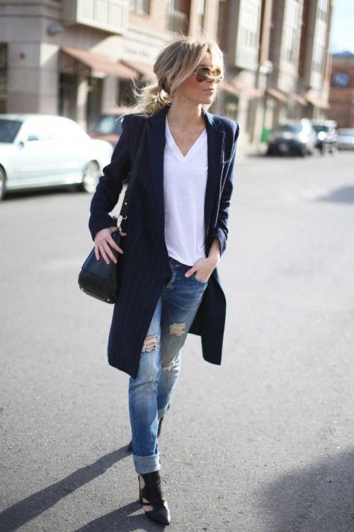 dunkelblauer vertikal gestreifter Mantel, weißes T-Shirt mit einem V-Ausschnitt, blaue Jeans mit Destroyed-Ef