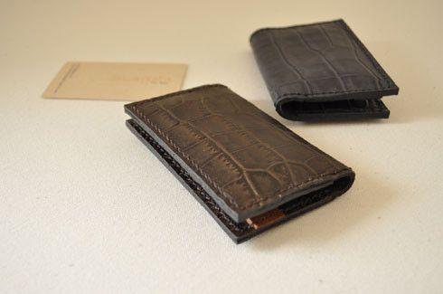 サイズ:H70*W110 mm素 材:クロコ型押牛革(内貼り:ピッグスエード)カラー:ダークブラウン(内貼り:ダークグリーン)カードポケット両サイド2室手縫い... ハンドメイド、手作り、手仕事品の通販・販売・購入ならCreema。