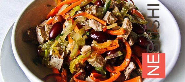 Салат с языком и фасолью ======================== Салат, который по сытности конкурирует с полноценным обедом. Удовольствие для тех, кто не считает калории.