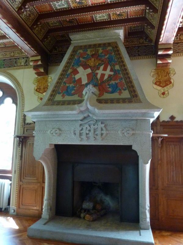 Castel Savoia (Gressoney-Saint-Jean) camino della sala da pranzo con stemma della Regina Margherita