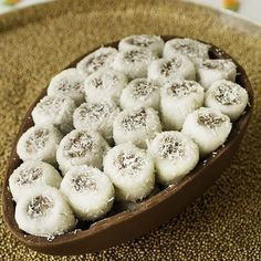 Ovo de páscoa recheado de bala de coco. Mais detalhes aqui: http://weshareideas.com.br/blog/10-ovos-de-pascoa-de-dar-agua-na-boca/