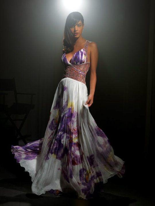 Vestido plisado con estampas en tonos violetas y bordado