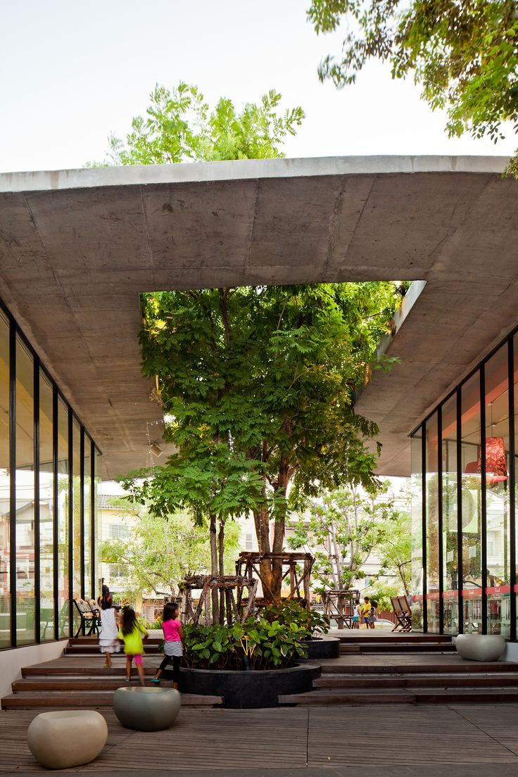 Here the tree is the most important design feature  Kurve 7 / Stu/D/O Architects. Thailand. Tropical Urban Architecture