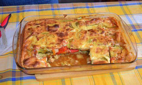 Φανταστικό σουφλέ με λαχανικα και μπεσαμελ Υλικά 3 μελιτζάνες 3 κολοκύθια 3 καρότα 5 πατάτες 2 πιπεριές κόκκινες φλωρίνης 3 ντομάτες κομμένες (σάλτσα) 1/2 ματσάκι μαιντανό 1/2 ματσάκι άνηθο αλάτι πιπέρι λίγο λάδι Κρέμα μπεσαμέλ 2 φλιτζάνια του τσαγιού γάλα 6 κ.σ. αλεύρι 4 κ.σ. φυτικό βούτηρο 1 κουπάκι γιαούρτι 3 αβγά αλάτι πιπέρι Δείτε …