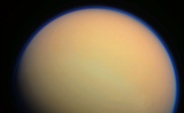 Titan. Kredit: NASA/JPL-Caltech   SpaceNesia - Sebelum memiliki atmosfer yang nyaman bagi manusia, Bumi diperkirakan pernah memiliki atm...