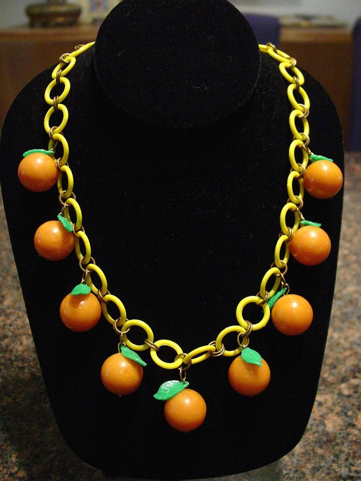 WONDERFUL VINTAGE BAKELITE FRUIT ORANGES & CELLULOID LEAFS NECKLACE