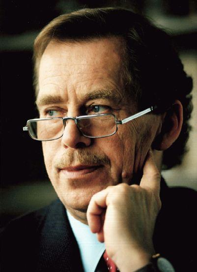 Václav Havel (1936 – 2011) všeobecně ctěný a uznávaný, je český dramatik, bývalý disident, poslední československý a první český prezident. Je považován za jednoho z nejváženějších intelektuálů na světě a je obdivován a respektován pro své humanistické postoje a pro svou upřímnost.e autorem více než 20 her a mnoha nebeletristických textů, v nichž se vyjadřuje k aktuálním problémům jako jsou lidská práva, NATO, globalizace, vztahy mezi Čechy a Němci a obecně vztahy v Evropě.