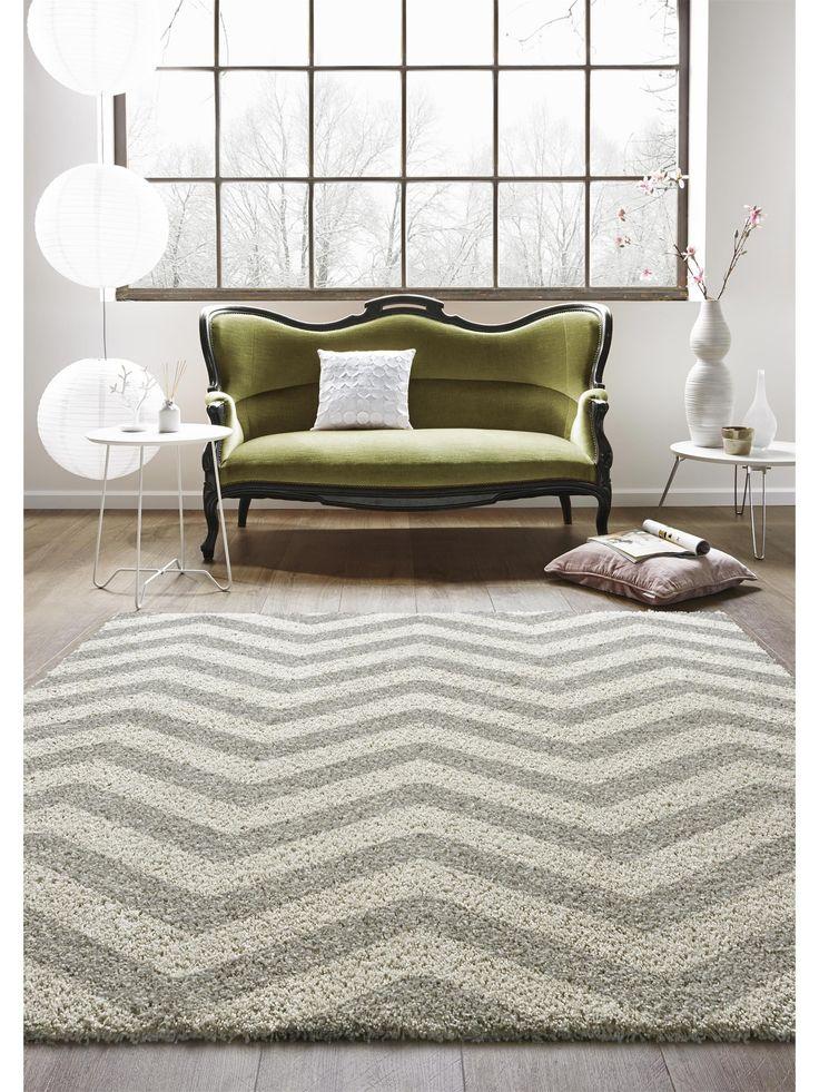 Eleganz, die den Raum gemütlicher macht: Das trendig-zeitlose Chevron-Muster des benuta-Teppichs Graphic Zick Zack ist eine modische Frischzellenkur für jeden Raum. Gleichzeitig ist dieser Shaggy-Teppich mit seinem kuschelweichen Hochflor aber auch besonders gemütlich – die perfekte Symbiose von Stil und Behaglichkeit. (Teppich Graphic Zick Zack) #benuta #teppich #interior