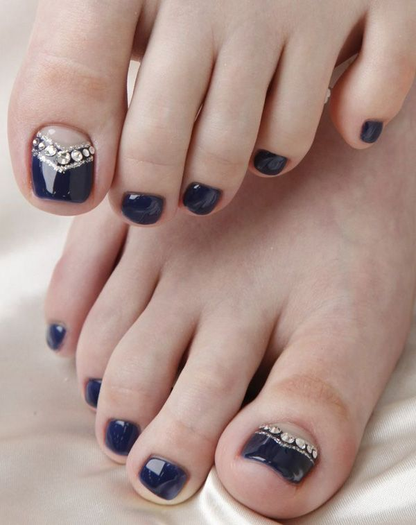A midnight blue themed toenail art design. This very elegant looking nail art design uses a matte midnight blue polish as base topped with glittering silver beads to make the nails stand out even from afar. The use of a French tip design on the big toe also looks amazing.