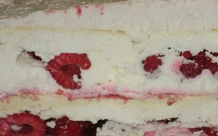 Voy a compartir con ustedes uno de los postres más deliciosos: la torta helada de frambuesas y merengue. Para los calurosos días de verano o para cualquier época del año. Simplemente para deleitar nuestro paladar con el delicado sabor de las frambuesas y la dulzura del merengue. La particularidad que tiene este me