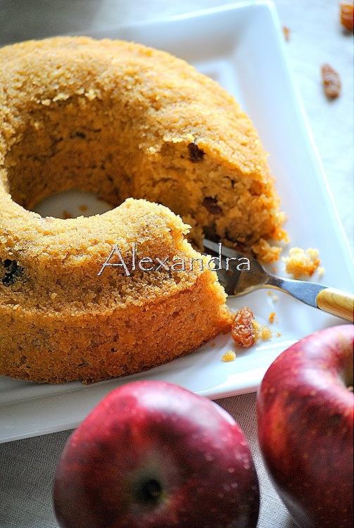 Flourless cake with oatmeal, apple and raisins