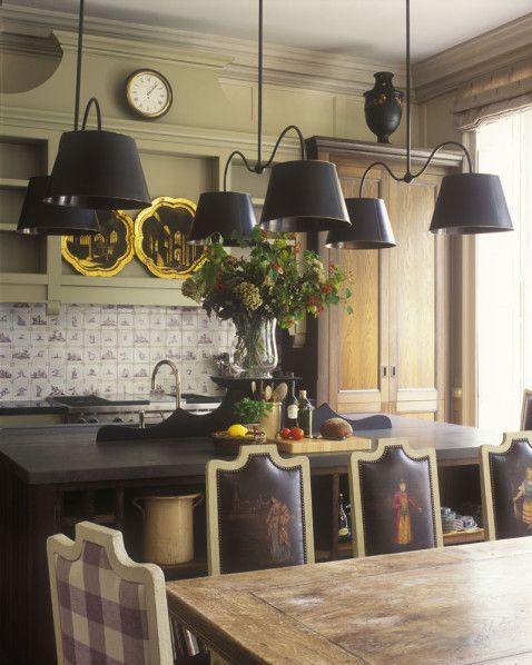 Visite d'un élégant appartement à Londres décoré par un des plus célèbres architectes d'intérieur britanniques : Nicholas Haslam la grande tradition anglaise (chintz, moulages néo-classique, couleurs pastel...) revisitée pour créer un univers plus mo...