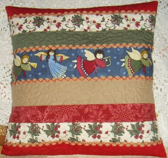 Capa de almofada de natal, parte interna com fibra de silicone tamanho 45 cm x 45 cm, bordada à mão R$80,00