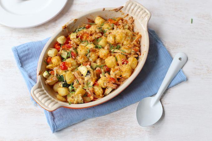 Dit recept voor een krieltjes-ovenschotel met kip is super simpel te maken maar o zo lekker! Vervang de kip ook eens voor bijvoorbeeld hamblokjes. Eetse!