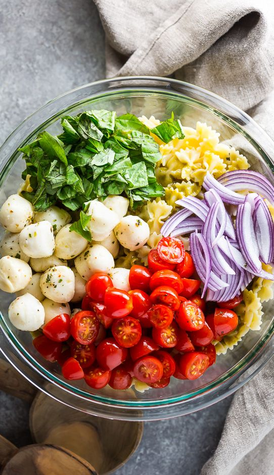 20-minütiger Nudelsalat mit Tomaten, Basilikum und Mozzarella