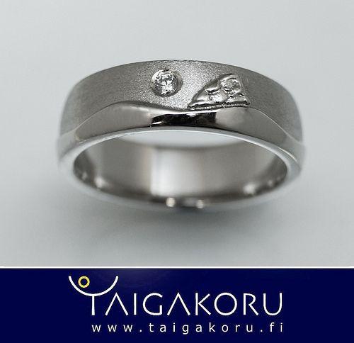 "Vihkisormus valkokulta, ""Kuutamo Inarilla"". Wedding ring, full moon, Inari lake."