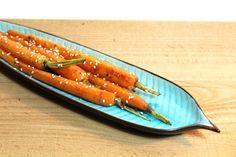 Een lekker en simpel recept om van je gekookte worteltjes iets bijzonders te maken door ze in sinaasappelsap te garen!