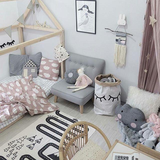 Que bien combinan el gris y el rosa en esta habitación de @blogsachi. Encontraréis mucha inspiración en su perfil. La misma funda nórdica y alfombra circuito la tenéis disponible nuestra tienda online. #decoracioninfantil