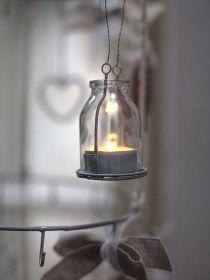 Bottiglietta in vetro porta candela. Può essere usata come centro tavola o per addobbare l'Albero di Natale.